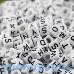 Fűzős játékok gyerekeknek - Gyöngyök - Betű gyöngy kocka fekete-fehér 68 db
