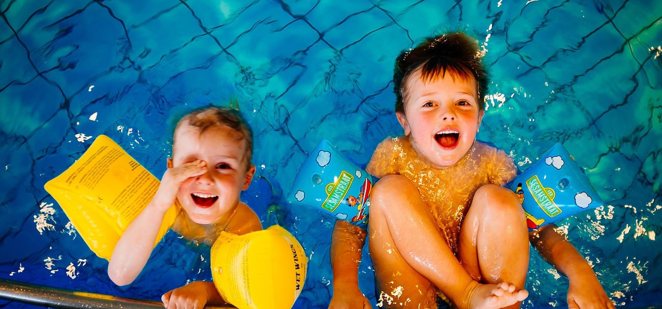 Vízhez szoktatás és úszás gyermekeknek: Mutatjuk  a legfontosabb tudnivalókat!