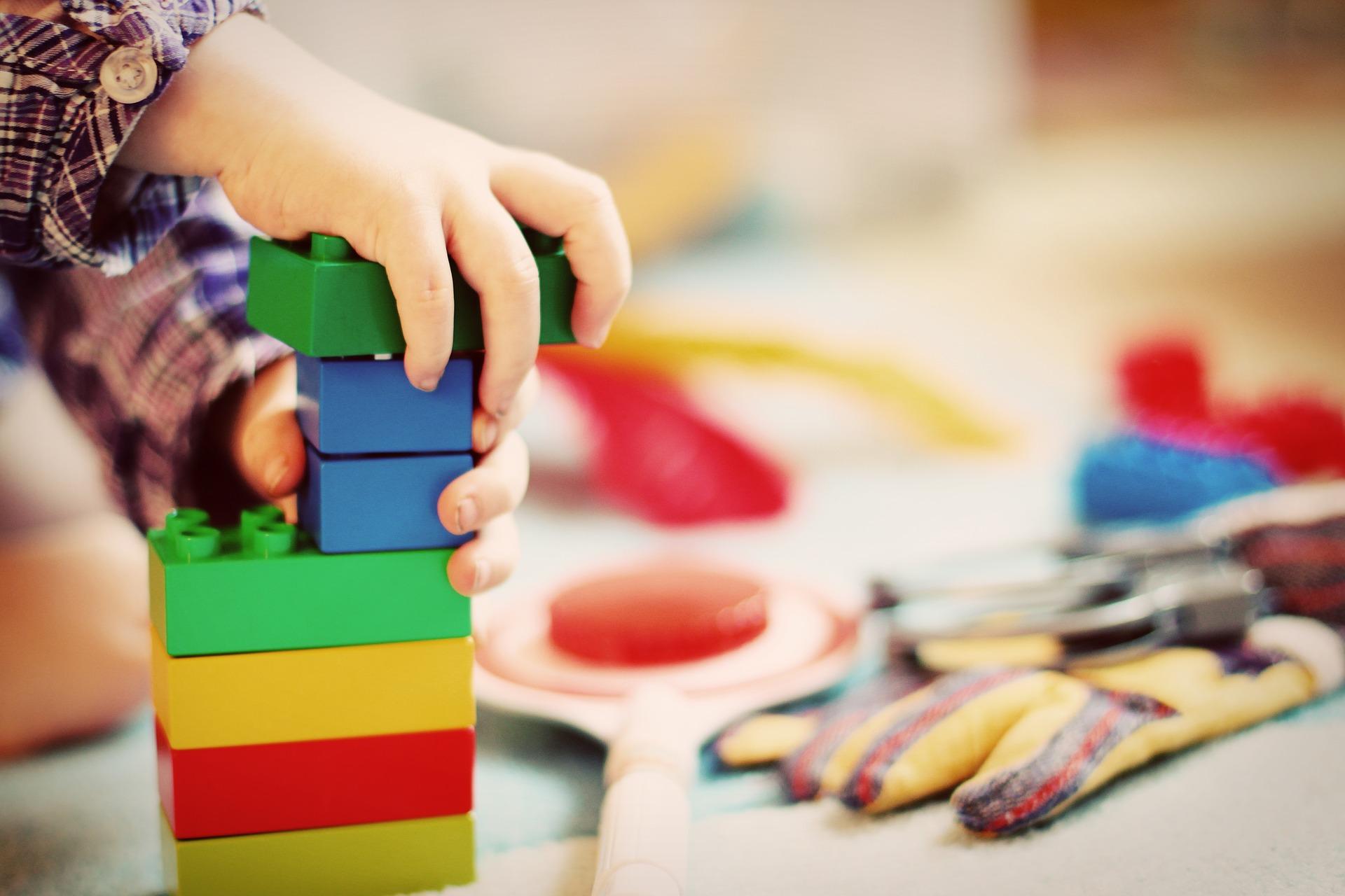 Milyen játékkal tudod lekötni a gyereket? Korosztály alapján válogattuk össze a kedvenceket!